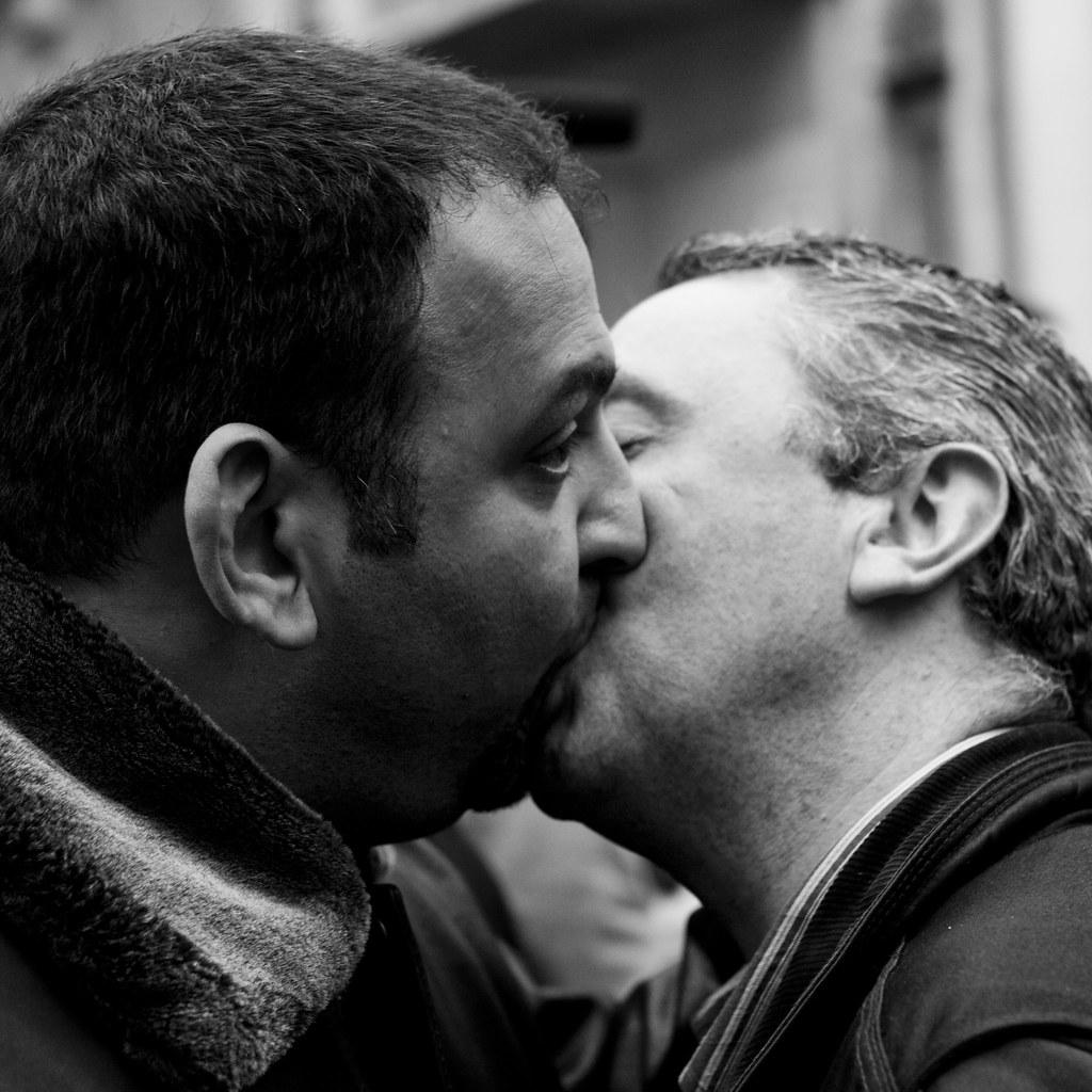 bouche a bouche gay homo poilu