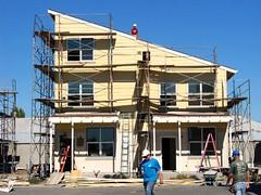 volunteers on the construction team (via Inhabitat)