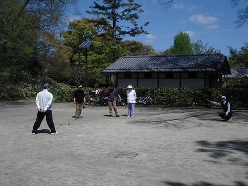 Ancianos japoneses jugando a petanca