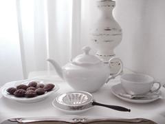 chá e madeleines de chocolate