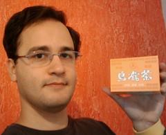 Felipe com caixa de chá oolong