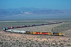 Santa Fe Spectacular (C.P. Kirkie) Tags: atsf atchisontopekasantafe santafe freighttrain california desert mojavedesert needlessubdivision klondike intermodal