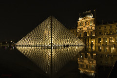 La Piramide del Louvre (Leonorgb) Tags: plaza paris canon agua louvre nocturna museo francia pirmide