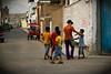 """Huanchaco, près de Trujillo, Perou. Avec les enfants de """"Mundo de niños"""" en direction de la bibliothèque, pour l'atelier théâtre"""