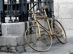 Bici de oro/Golden bike (Joe Lomas) Tags: madrid leica espaa bike bicycle gold golden spain bicicleta bici oro dorada streetbike photostakenwithaleica bicienlacalle biciencadenada