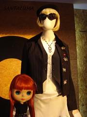 Aisha vendo a exposição sobre Moda vintage!!