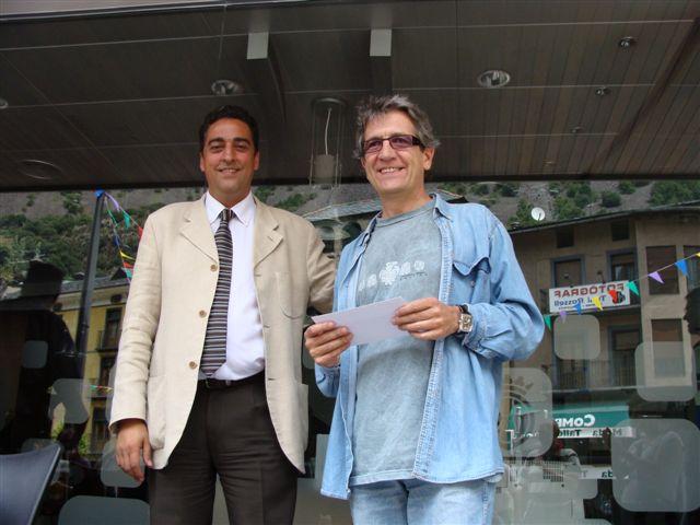 Raül Garcia recull el premi de mans del Cònsol Menor