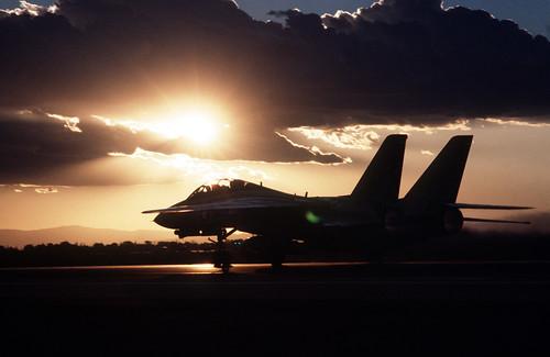 フリー画像| 航空機/飛行機| 軍用機| 戦闘機| F-14 トムキャット| F-14 Tomcat| 夕日/夕焼け/夕暮れ|     フリー素材|
