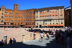 Caldo, caldo, caldo... (mirjan (con la n)) Tags: city summer sky people italy canon square eos italia estate chianti siena monumenti 1000d