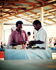 Manir (mohdhanafiah) Tags: people market candid kitlens malaysia orang terengganu kualaterengganu d40 pasarminggu nikond40 manir rokokdaun