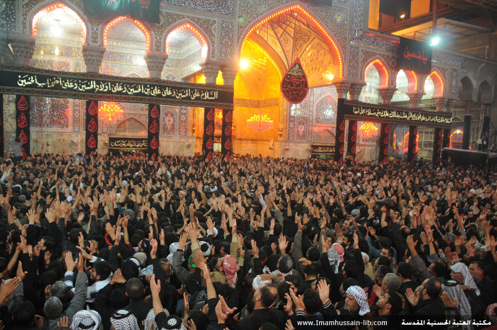 زوار أبو عبدالله الحسين عليه السلام يدعون داخل الصحن الحسيني الشريف