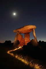 (McFly!) Tags: light moon luz portugal canon painting stars landscape noche long exposure sigma paisaje nocturna 1770 dolmen greatphotographers 60d superaplus aplusphoto bestcapturesaoi elitegalleryaoi flickrsfinestimages1 flickrsfinestimages2 flickrsfinestimages3