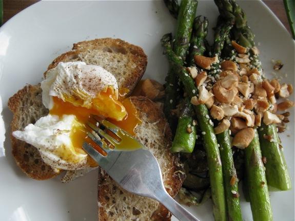 poached egg asparagus cashews sesame 003