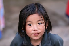 Child in Lukla, the sister (Florent Chevalier) Tags: voyage trip travel nepal portrait people canon geotagged asia child asie himalaya enfant khumbu himalayas lukla himalaia ef85mmf18   himalaja   solukhumbu    himalaje    himalja    himalaji himlaj