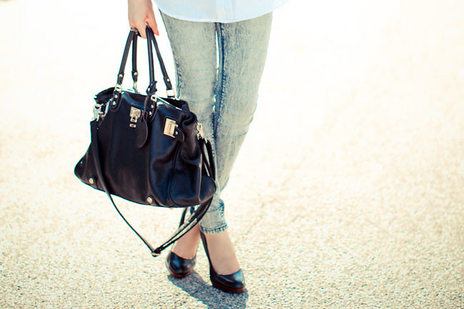 BDG Skinny Jeans Urban Outfitters, Asos white blouse, Nine West pumps, Paddington bag, Halston sunglasses