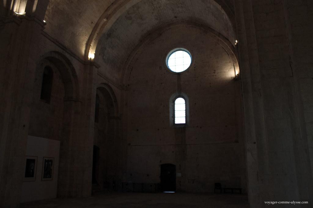 L'intérieur de l'abbaye est assez sombre
