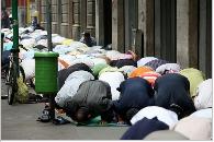 musulmani in prostrati nella preghiera