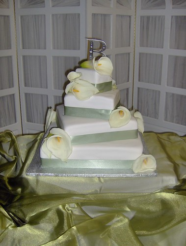 I had a wedding cake this weekend the cake was very simple with white