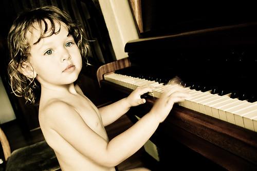 フリー画像| 人物写真| 子供ポートレイト| 外国の子供| 少年/男の子| ピアノ|      フリー素材|