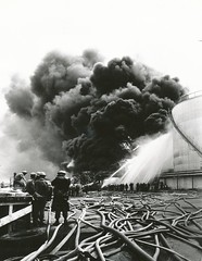 Esso Tankanlegg brenner / Esso Oil on Fire (1966) (Trondheim byarkiv) Tags: norway fire norge 60s archive norwegen mobil 1966 oil archives noruega firemen firefighter trondheim esso sørtrøndelag firefighters exxon brann noorwegen standardoil trøndelag exxonmobil brannmann trolla arkiv trondhjem olje byarkiv trondheimkommune brannslange brannvesen trondheimbyarkiv monradkjellby kjellby brannvesenet trondheimbrannvesen torh40b23 trondhjemsbrannvesen essotankanlegg f0859