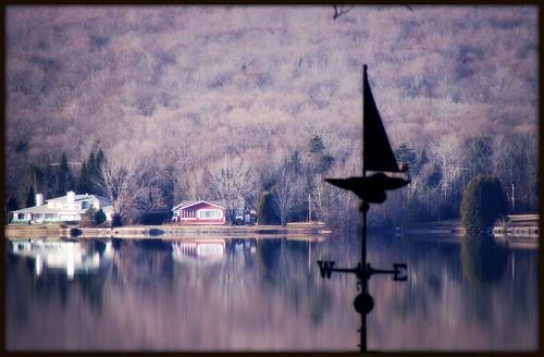 Girouette sur lac