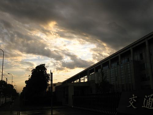 夕阳与雨云的较量