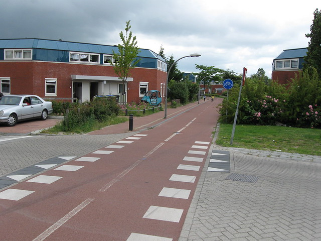 Right-of-way intersection with bike path in Lelystad