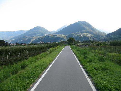 Der Radweg von Meran in Richtung Lana mit Blick in das Ultental