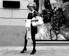 tutti a fotografarla (gpaolini50) Tags: city bw emotive biancoenero figura