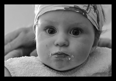 Lison a bien mang (hugues mitton) Tags: portrait blackandwhite baby child noiretblanc retrato 100views enfant bb