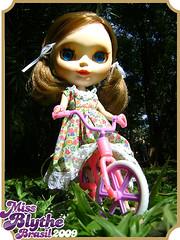 Melinda adora brincar de bicicleta