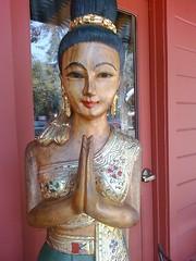 Tee Nee Thai Statue