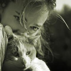 (Inmacor) Tags: two girl cat canon square mujer eyes chat chica ines cara dos ojos mirar gata mirada sombras virado cafeina cuadrado 2011 ltytr2 ltytr1 ltytr3 ltytr4 ltytr5 inmacor