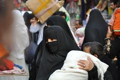 Madre en El Cairo (Jorge Mertens) Tags: travel people gente egypt hijab cairo viajes egipto niqab bazar khanelkhalili elcairo fotosdetusviajes