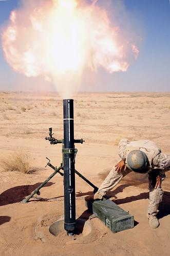 フリー画像| 戦争写真| 兵士/ソルジャー| 120mm迫撃砲| アメリカ軍兵士| イラク風景|      フリー素材|