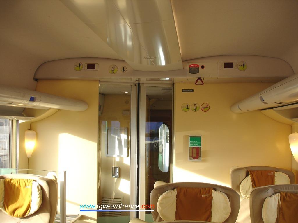 Vue de la porte automatique d'accès à la plateforme dans une voiture voyageurs Corail Téoz SNCF de 1ère classe