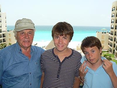 gpj et les deux enfants à Cancun.jpg