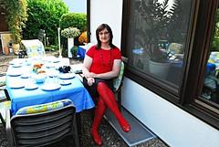 Ich am Kaffeetisch mit roten Strumpfhosen und roten Ballerinas; Pantyhose