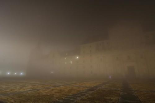 Monasterio entre niebla