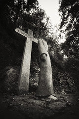 Estatua (Carles Orfila) Tags: blackandwhite bw statue dark eos mark places ii figure 5d estatua 1635ii