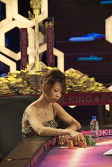 chip count (Liz Lieu) Tags: liz pokerchips lieu oncamera lizlieu pokerdiva propokerplayer pokercompetition hongkongstudio pokerkingmovie finaltablescene