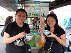Penang Aug 09 - 26 Suanie and Shirley eating cendol at Penang Road