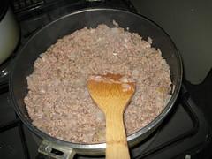 挽き肉を炒めます