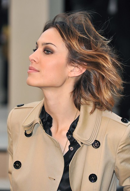 celebrity-paradise.com-The_Elder-Alexa_Chung_2009-09-22_-_at_Burberry