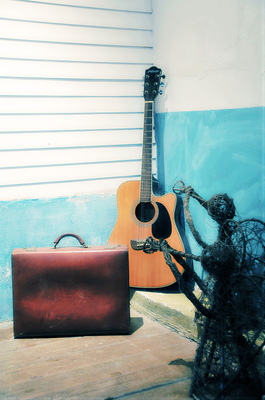 一卡皮箱 一支吉他