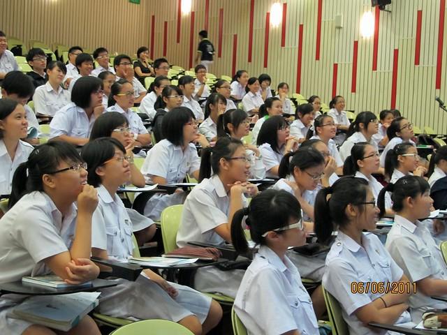 新加坡中正中学(义顺)~让我们学习以爱发光