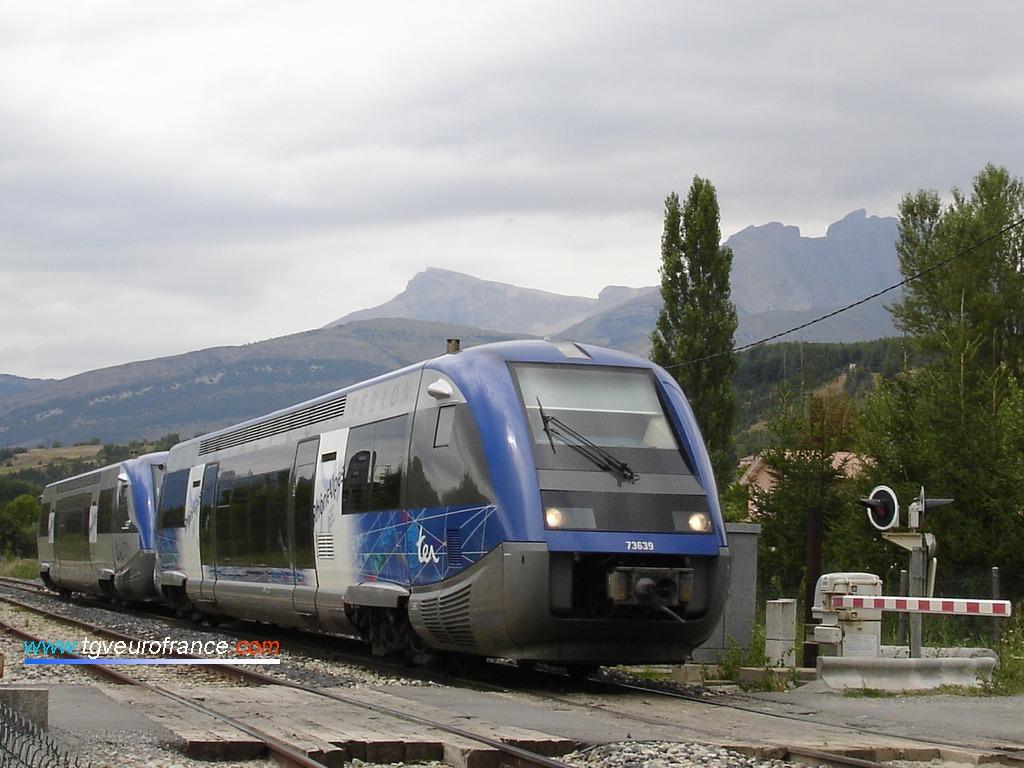 Deux autorails X73500 (X73639 et X73802 de la Région Rhône-Alpes)