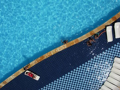 KAP of a hotel pool in Beberibe, CE, Brazil - 01 (Ric e Ette) Tags: blue summer brazil vacation people white holiday water pool gua branco azul brasil hotel chair pessoas chairs cyan frias piscina sunbath cear vero kap cadeiras sunbathing sunbathers kiteaerialphotography feriado ce cadeira ciano coliseumhotel beberibe bronzeado banhodesol bronzeando bronzeamento 12mp fotografiaareacompipa  hotelcoliseum gettyimagesbrasil