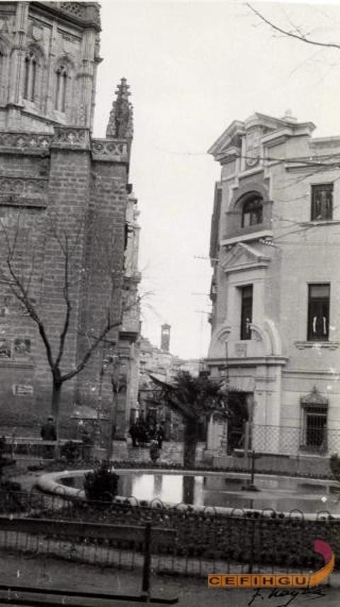 Fachada del edificio de la Antigua Casa del Deán junto a la Catedral de Toledo. Legado Layna Serrano. Centro de la Fotografía Histórica de Guadalajara