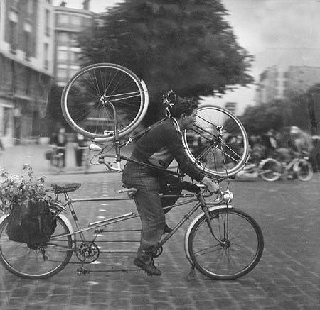 Quantas bicicletas você conta nessa foto de Doisneau, de 1955? É uma pergunta retórica. Paris era e é cheia de bicicletas.